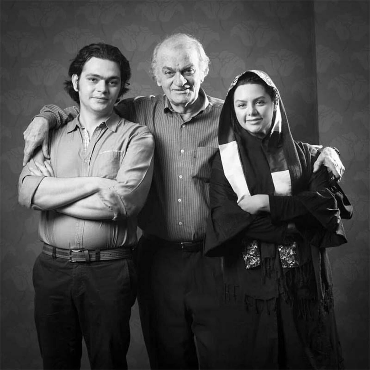 زنده یاد فتحعلی اویسی درکنار فرزندانش /عکس