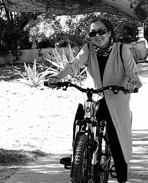 خانم بازیگر در حال دوچرخه سواری /عکس