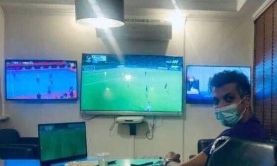 عادل فردوسی پور در حال تماشای بازی پرسپولیس و تیم ملی فوتسال+عکس