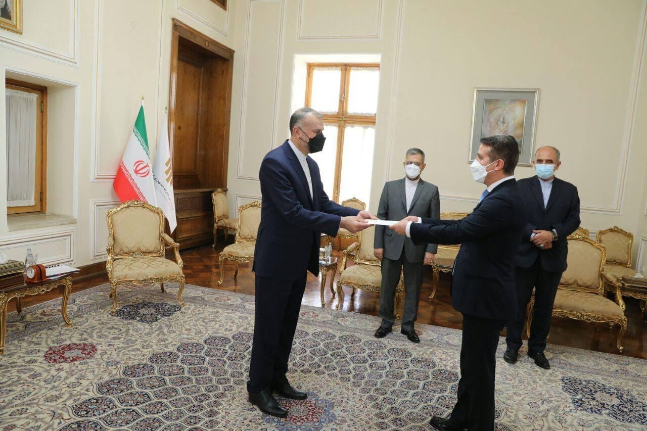 تسلیم استوارنامه سفیر جمهوری آذربایجان به وزیر امور خارجه کشورمان
