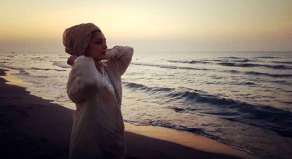 استایل عجیب ساره بیات در کنار دریا /عکس