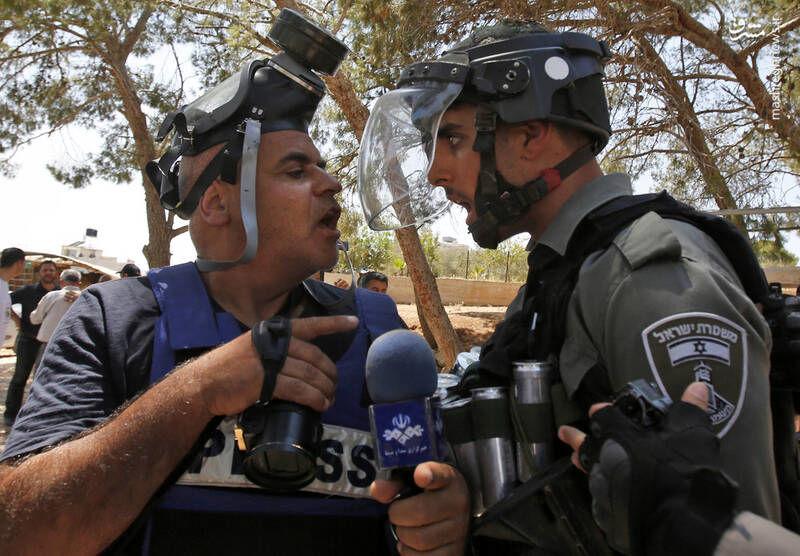 درگیری خبرنگار صداوسیما با سرباز اسرائیلی + عکس