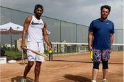 محمدرضا گلزار در حال بازی تنیس
