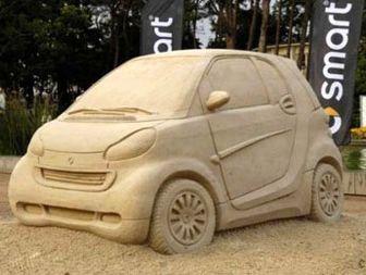 مجسمه شنی یک اتومبیل از روی مدل آن