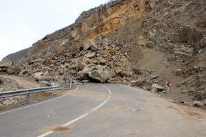 ریزش کوه محور پلدختر-خرمآباد را مسدود کرد
