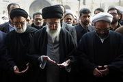 رهبر انقلاب بر پیکر آیتالله واعظ طبسی نماز میخوانند