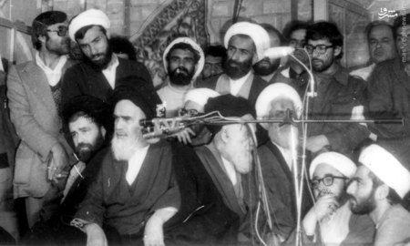 1358، آیت الله شیخ صادق خلخالی در کنار امام خمینی در مدرسه فیضیه قم