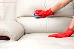 ۳ ترفند برای تمیز کردن روکش مبلمان