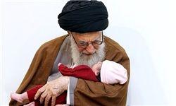 اذان گفتن رهبر انقلاب در گوش دختر شهید مدافع حرم+عکس