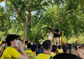 تجمع هواداران سپاهان مقابل هتل اقامت این تیم