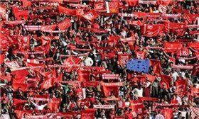 اعتراض شدید هواداران و بازیکنان به داور!