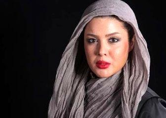 بازیگر زن ایرانی با لباس چِریکی در حال تیراندازی/عکس