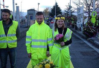 ازدواج دو جلیقهزرد وسط اعتراضات خیابانی فرانسه!/ عکس