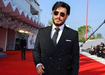 ژِست «جواد عزتی» روی فرش قرمز جشنواره ونیز/ عکس