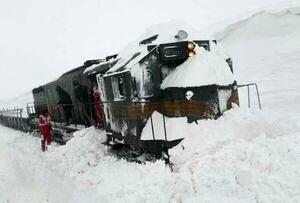 برخورد قطار با برف حادثه ساز شد