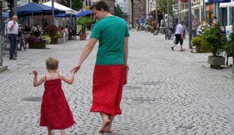 پدری که بخاطر پسر بیمارش دامن می پوشد! + عکس