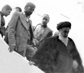 امام خمینی در حال پیاده شدن از هواپیما در فرودگاه پاریس