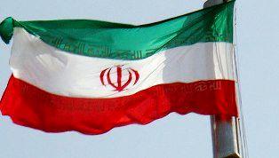 اهتزاز بزرگترین پرچم ایران در بندرعباس + عکس