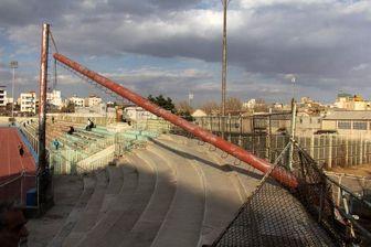 نورافکن ورزشگاه مشهد سقوط کرد