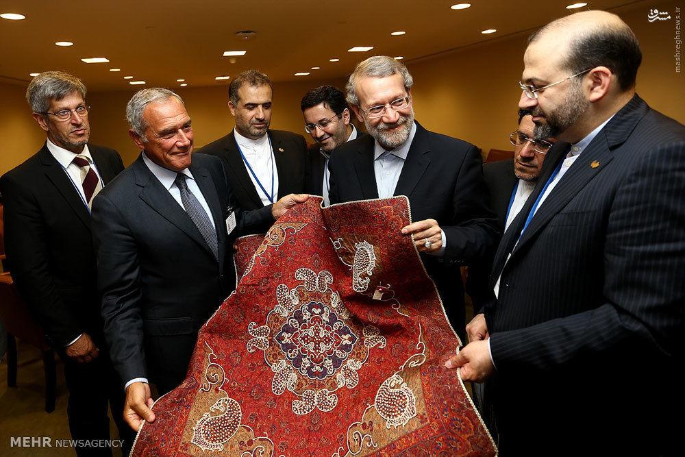 عکس/ سوغاتی لاریجانی به رئیس مجلس سنای ایتالیا