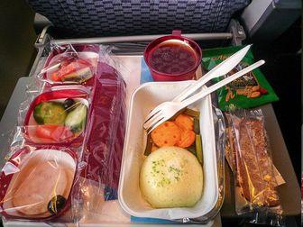 ۱۰ نکته درباره غذا خوردن در هواپیما