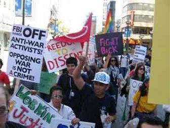 تظاهرات گسترده مردم شیکاگو و پلیس FBI + عکس
