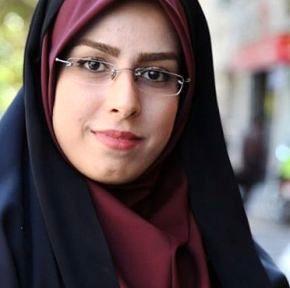 خانم خبرنگار در حرم امام حسین(ع)/ عکس