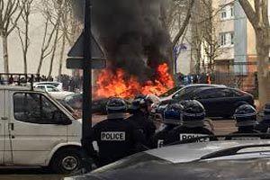 دست کم ۲۱ خودرو در شهر گرونوبل فرانسه به آتش کشیده شد