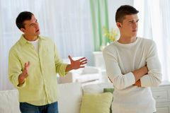 والدین تسلط خود را بر نوجوانان اعمال کنند