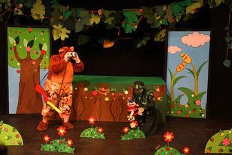 ماجراهای یک بچه زنبور دروغگو روی صحنه نمایش